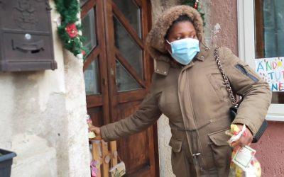 Volontari ed operatori sprar in azione a Torrecuso per donare dolci ai bambini